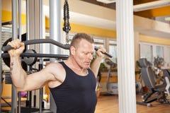 Uomo nei suoi gli anni quaranta che si esercita in ginnastica Fotografie Stock Libere da Diritti