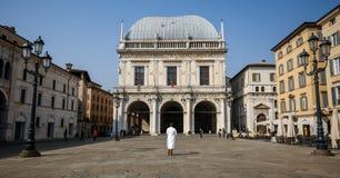Uomo nel bianco nel centro della loggia di della piazza Fotografie Stock