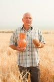 Uomo nel campo con pane fotografia stock libera da diritti
