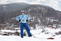 Uomo nel casco del pattino ed occhiali di protezione sulla montagna Immagini Stock