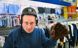 Uomo nel casco e nel guanto del negozio Immagine Stock Libera da Diritti