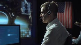 Uomo nel centro di controllo della cuffia avricolare in volo Fotografie Stock