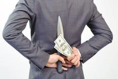 Uomo nel coltello della tenuta del vestito e nella nota del dollaro Fotografia Stock Libera da Diritti