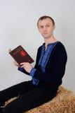 Uomo nel costume nazionale ucraino con un libro sul busine Immagine Stock Libera da Diritti