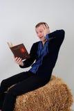 Uomo nel costume nazionale ucraino con un libro sul busine Immagine Stock