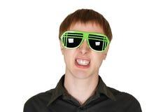 Uomo nel grin moderno degli occhiali da sole del randello isolato Fotografia Stock Libera da Diritti