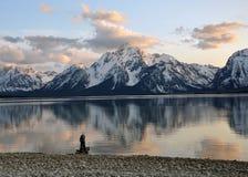 Uomo nel lago della montagna fotografia stock