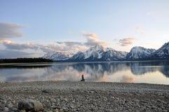 Uomo nel lago della montagna immagini stock libere da diritti
