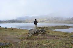Uomo nel lago Laguna de Mucubaji a Merida, Venezuela fotografia stock libera da diritti