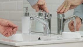 Uomo nel lavaggio del bagno le sue mani con attività quotidiana di igiene dell'acqua dolce immagini stock libere da diritti