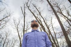 Uomo nel legno fotografia stock libera da diritti