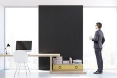 Uomo nel luogo di lavoro alla moda con il computer, vista frontale Fotografia Stock Libera da Diritti