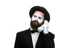 Uomo nel mimo di immagine che tiene un microtelefono fotografia stock libera da diritti