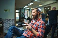 Uomo nel negozio di barbiere immagine stock