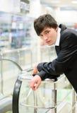 Uomo nel negozio di modo Fotografia Stock
