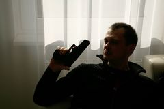 Uomo nel nero con la pistola Fotografie Stock