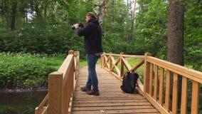 Uomo nel parco con una macchina fotografica video d archivio
