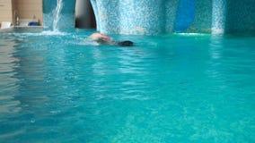 Uomo nel raggruppamento Il tipo sta nuotando nel grande stagno stock footage