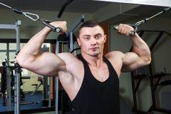 Uomo nel randello di forma fisica Fotografia Stock Libera da Diritti