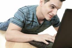 Uomo nel sorridere con un computer portatile Fotografia Stock