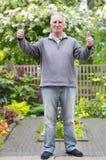 Uomo nel suo giardino Fotografia Stock Libera da Diritti