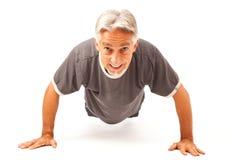 Uomo nel suo 50s che fa i piegamenti sulle braccia Fotografie Stock Libere da Diritti