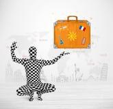 Uomo nel vestito pieno del corpo che presenta la valigia di vacanza Fotografie Stock