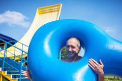 Uomo nel waterpark immagine stock libera da diritti