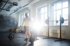 Uomo nell'allenamento di sollevamento pesi Fotografia Stock Libera da Diritti