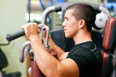 Uomo nell'esercitazione di ginnastica Fotografia Stock