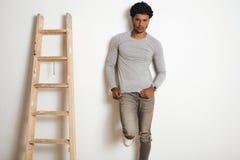 Uomo nell'insieme clotching grigio del modello dell'erica in bianco fotografie stock libere da diritti