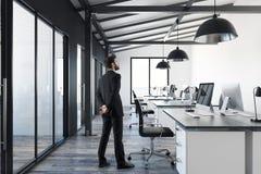 Uomo nell'interno contemporaneo dell'ufficio Immagini Stock