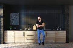 Uomo nell'interno della cucina Fotografia Stock Libera da Diritti