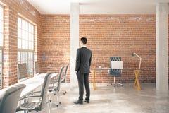 Uomo nell'ufficio del mattone rosso Immagini Stock Libere da Diritti