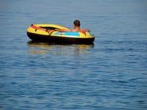 Uomo nella barca Immagini Stock