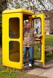 Uomo nella cabina di telefono Fotografia Stock Libera da Diritti