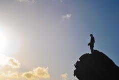 Uomo nella cima di una roccia Fotografia Stock Libera da Diritti