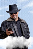 Uomo nella computazione della nuvola nera fotografia stock