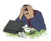 Uomo nella disperazione che si siede ad un computer Emicrania Fotografia Stock Libera da Diritti
