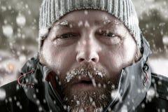 Uomo nella fine della tempesta della neve su Immagine Stock