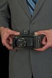 Macchina fotografica dell'annata della tenuta dell'uomo Immagine Stock Libera da Diritti