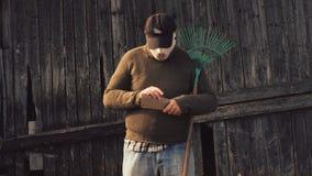 Uomo nella maschera di Halloween con un rastrello e un coltello archivi video