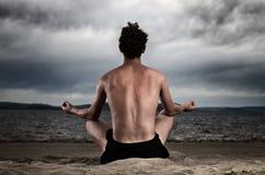 Uomo nella meditazione sul puntello del mare Fotografia Stock Libera da Diritti