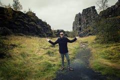 Uomo nella montagna/paesaggio dell'Islanda Immagine Stock