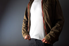 Uomo nella mostra della maglietta bianca sotto il suo rivestimento Immagine Stock Libera da Diritti