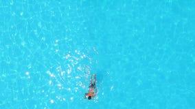 Uomo nella piscina da sopra video d archivio