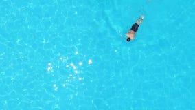 Uomo nella piscina da sopra archivi video