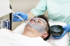 Uomo nella procedura del cosmetico della maschera Immagini Stock Libere da Diritti