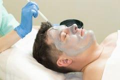 Uomo nella procedura del cosmetico della maschera Immagine Stock Libera da Diritti
