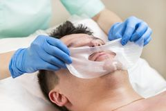 Uomo nella procedura del cosmetico della maschera Fotografia Stock Libera da Diritti